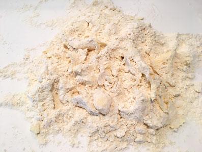 Verreibe mit den Fingern Mehl und Butter gut miteinander