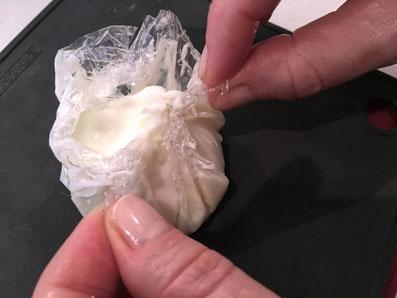 Die Eier aus den Säckchen packen