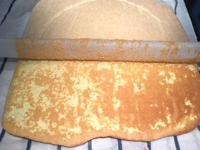 Den Kuchen auf ein Küchenpapier stürzen und das Backpapier vorsichtig ablösen