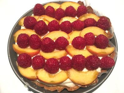 Die Tarte mit der Mascarpone-Crème bestreichen, mit den Früchten dekorieren und kalt stellen