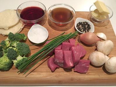 Zutaten: Rindsfilet, Tost, Champignons, Schnittlauch, Schalotte, Portwein, Fond, Broccoli, Butter