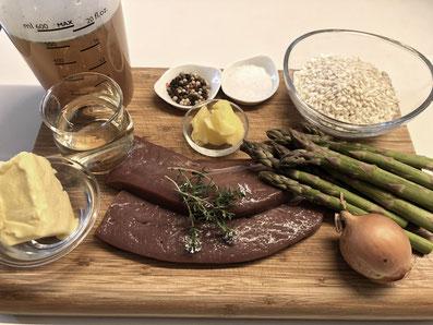 Zutaten: Kalbsleber, grüne Spargelspitzen, Risotto, Zwiebel, Weißwein, Gemüsebouillon, eingesottene Butter, Butter, Zitrone, Zucker, Salz, Pfeffer, Paprikapulver, Thymian, Wasser