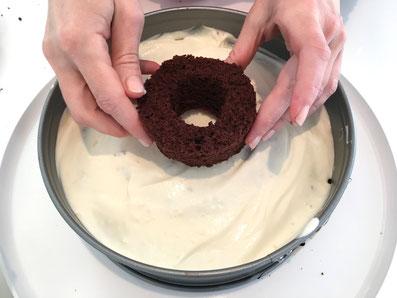 Die erste Lage mit Crème bedecken und die zweite Lage Ringe darauf setzen
