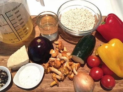 Zutaten: Risotto, Weisswein, Gemüsebouillon, Zwiebel, Butter, Parmesan, Pilze, Peperoni, Zucchini, Abergine, Cherry Tomaten, Salz, Pfeffer