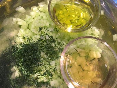 Gurken-Würfel mit Olivenöl, Aceto und Dill gut miteinander vermischen