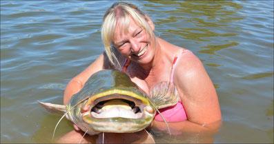 Liebe zum Fisch schmusen und knuddeln