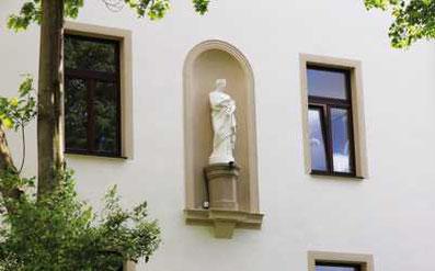 Hradschin 11, Nordseite mit Statue