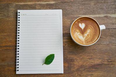 Cappuccino von oben und weißes Blatt Papier