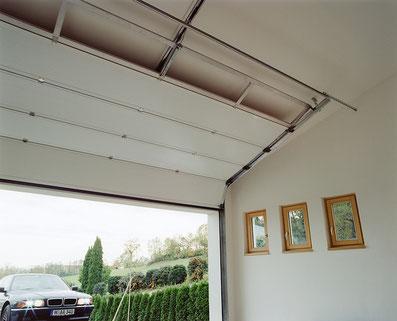 porte sectionnelle avec refoulement en plafond