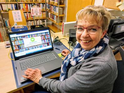 Büchereileiterin Ingrid Reis am neuen Laptop.