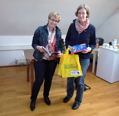 Büchereileiterin Ingrid Reis übergibt die Buchspende an Frau Dr. Ulrike Hudelmaier, Freundeskreis Freunde für Fremde in Riedlingen.