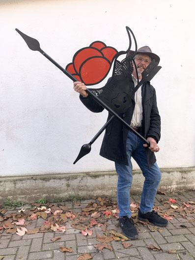 Kuh mit Bollenhut: Nicht nur mit dieser rot-schwarzen Wetterfahne mit seinen Initialen zeigt Hobby-Schmied Raimund Müller aus Holzhausen, woher der Wind weht.  Foto:gg