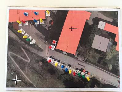 Das AutorenNetzwerk Ortenau-Elsass erwartet seine Besucherschar an der Ecke neben der Kirche , direkt neben dem Stand des Wetterfahnenmachers.