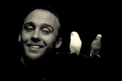 Stephen Lucy est un magicien installé à Tours, expert en tours de magie avec des perruches.