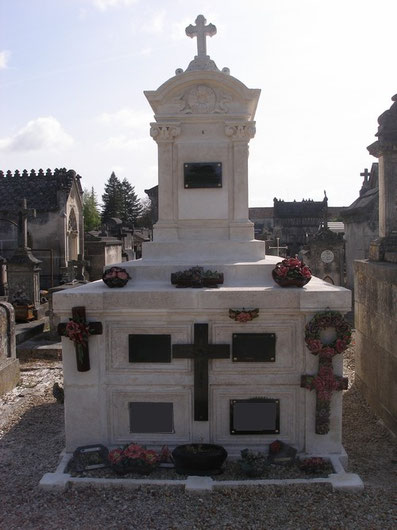 caveau funéraire en pierre à Jarnac, Charente, 16
