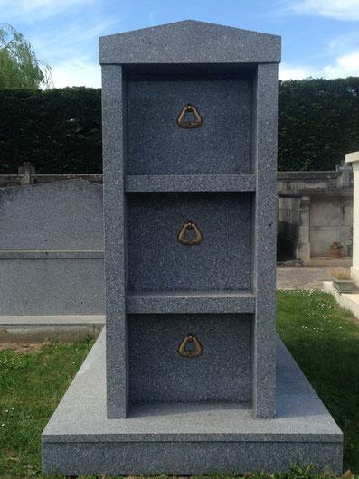 Caveau funéraire en granit à Jarnac, Charente