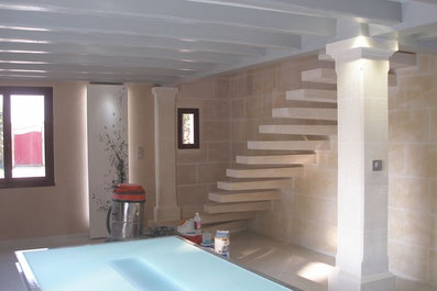 escalier en pierre et mur en placage