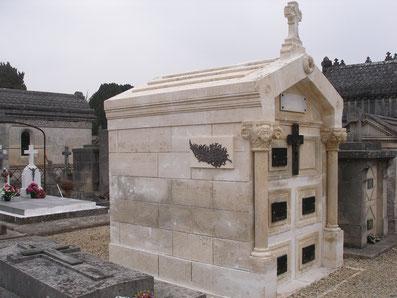 Caveau funéraire en pierre de taille à Jarnac, Charente, 16