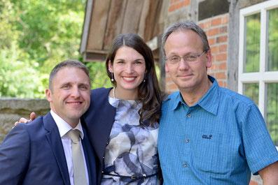 Fotograf Markus Bock (rechts) mit Brautpaar