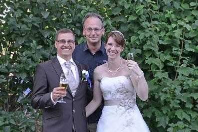 Fotograf Markus Bock (mitte) mit Brautpaar.