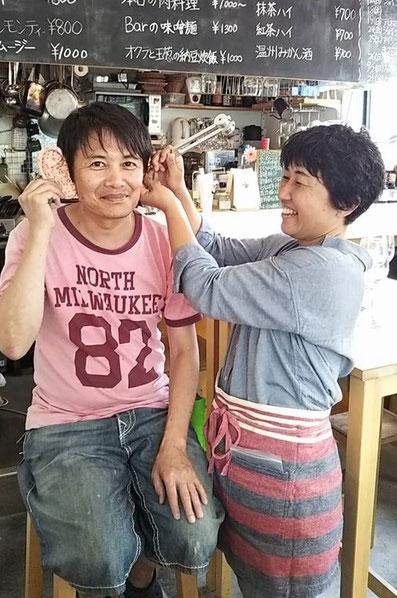 バーのマスター治さんと、七美恵さん