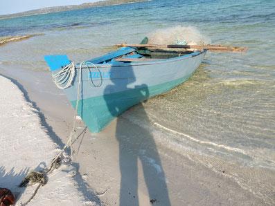 Blaues Ruderboot am Indischen Ozean