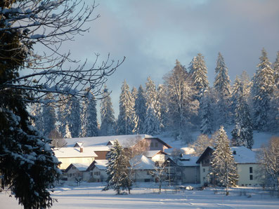 buurdorp, sneeuw, zon en rijp