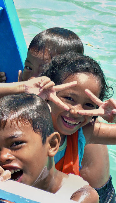 Cheerful kids at Coron Island | 20 Photos of the Philippines that will make you want to pack your bags and travel © Sabrina Iovino | JustOneWayTicket.com