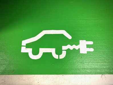 weisses Ökoauto Zeichen auf grünem Grund