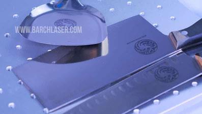 Grabado de color negro en metales con maquina laser