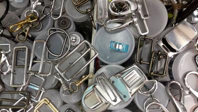 Verschlüsse: Karabiner, Leiterschnallen, Taschengurtversteller, Magnetknöpfe, D-Ringe, Ranzenschallen, Taschenverschlüsse