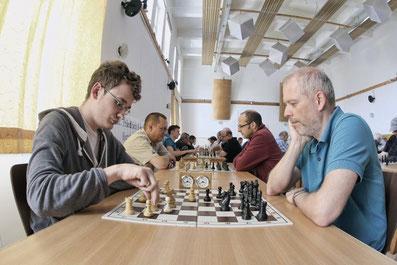 Der Beginn einer unglücklichen Niederlage von Reinhard Heimberger gegen den späteren Turniersieger Christoph Menezes am Spitzenbrett