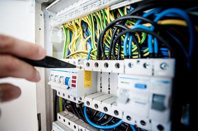 Électricien entrain de travailler sur un compteur électrique
