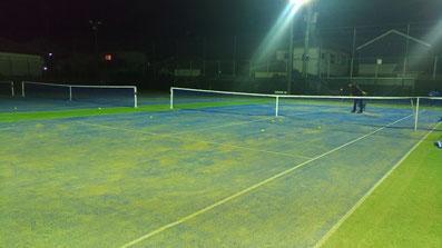 ナイター時のテニスコート