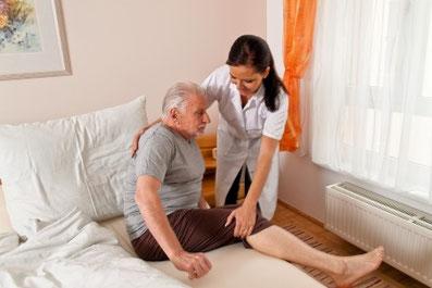 Pflegekraft aus Polen hilft älterem Herr beim zubettgehen Polnische Pflegekräfte - Köln - Bonn - Düsseldorf - Leverkusen