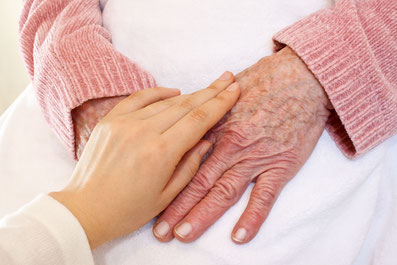 Pflegekraft aus Polen hilft ältere Dame Polnische Pflegekräfte - Köln - Bonn - Düsseldorf - Leverkusen