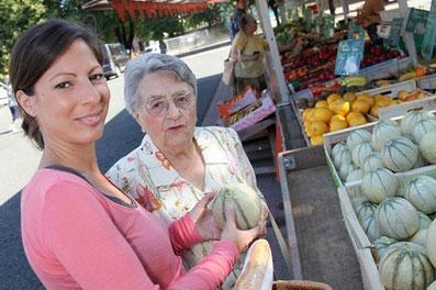 Pflegekraft aus Polen hilft ältere Dame
