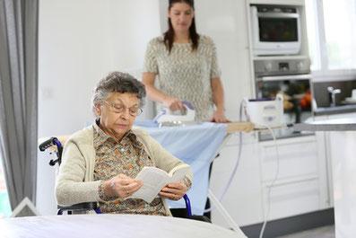 Pflegekraft aus Polen bügelt für ältere Dame