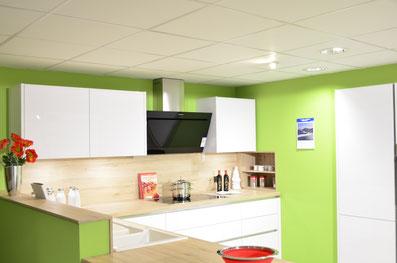 Küche grifflos, weiß hochglänzend mit heller Eiche Arbeitsplatte