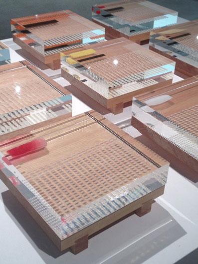 お寿司1貫分がバラバラにされてアクリル詰めにされた「解散!シリーズ」の寿司版展示。 こうしてみると一貫を食べるのも感慨深い気がしてきます。