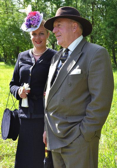 Tailleur haute couture femme, bibi à fleurs et sacs de reconstitution (année 1941), costume homme reconstitution année 941, borsalino en feutre de laine brun