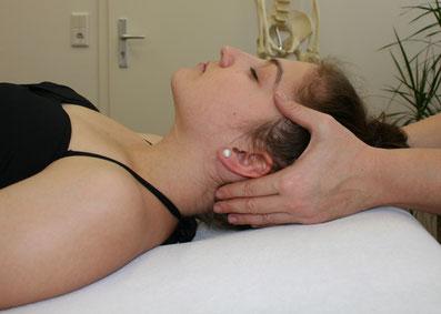 Behandlung Nervensystem am Kopf