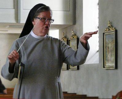 Schwester Eva Maria Schenk, Franziskanerin aus dem Kloster Siessen leitet den Kirchenchor