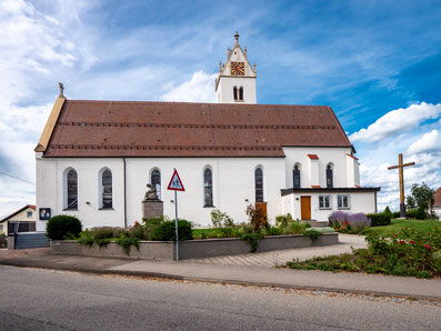 Südseite der Kirche St. Georg mit Kirchenvorplatz ab 2019