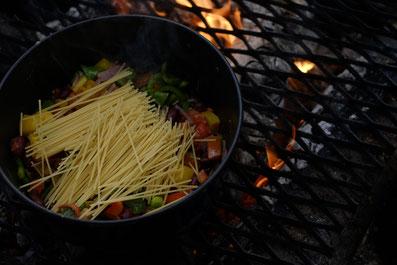 3. Als nächstes die Spaghettis  und die Bohnen zugeben. Je nach Topfgröße muss man die Nudeln das ein oder andere Mal durchbrechen.