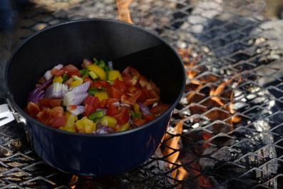 2. Zusammen mit dem Olivenöl auf den Grill stellen. Immer wieder gut umrühren, da der Topf von unten sehr heiß wird!