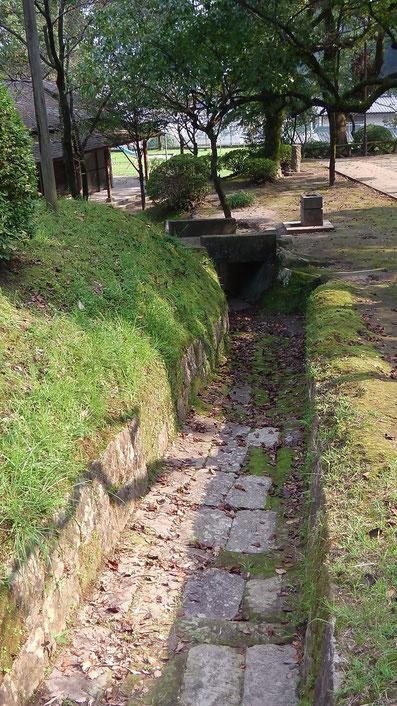 園内側溝跡(石造り)