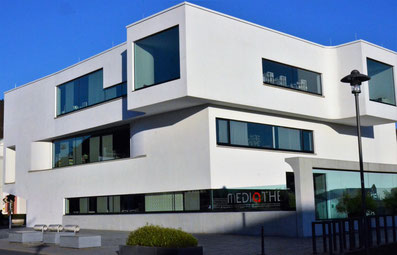 Die Mediathek in Oberkirch ist ein modernistischer Neubau am Rande der Altstadt.