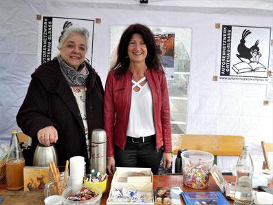 Bürgermeisterin Sonja Schuchter besucht den Marktstand des AutorenNetzwerks.