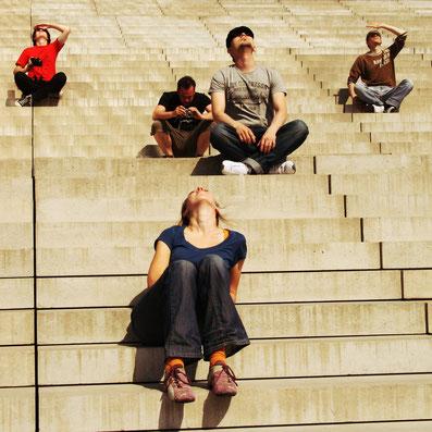 Treppe mit in den HImmel schauenden Menschen B 1000 px